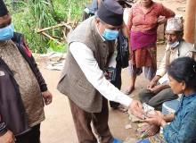 नुवाकोट पहिरो पीडितका लागि माओवादी केन्द्रद्वारा नगद सहयोग