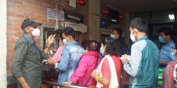 कोरोनाको तेस्रो लहरको चेतावनी : टिचिङ अस्पतालमा खोइ सुरक्षा मापदण्ड ? [तस्बिरहरु]